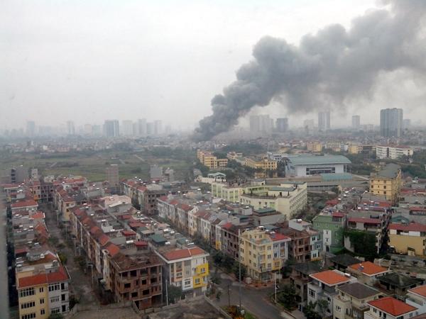 Cột khói bốc cao từ hiện trường vụ cháy - Ảnh: Diễn đàn Otofun