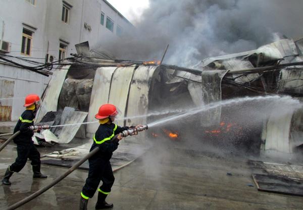 Cảnh sát PCCC nỗ lực dập lửa - Ảnh: Phạm Hải