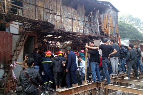 Chưa có thông tin thiệt hại nhưng lửa đã thiêu rụi hàng ngàn m2 nhà kho - Ảnh: Phạm Hải