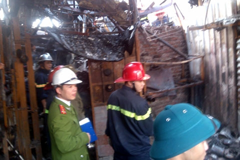 Hiện trường vụ cháy đối diện làng lụa Vạn Phúc đã bị phong tỏa để phục vụ công tác chữa cháy.