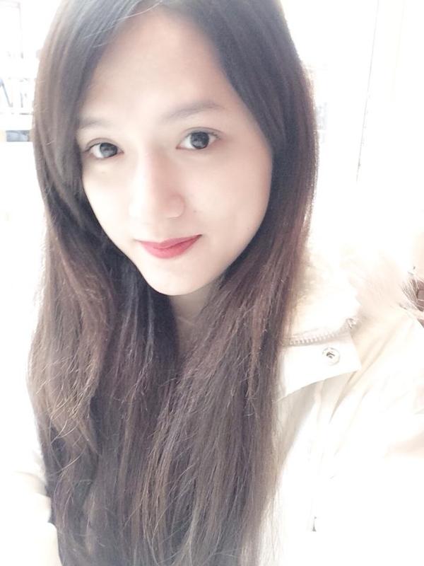 Hương Giang khoe hình ảnh xinh đẹp trẻ trung của mình trong một buổi đi ăn cùng bạn.