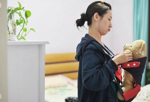 Ngày 122: Giây phút đáng yêu khi Ju tập làm mẹ.