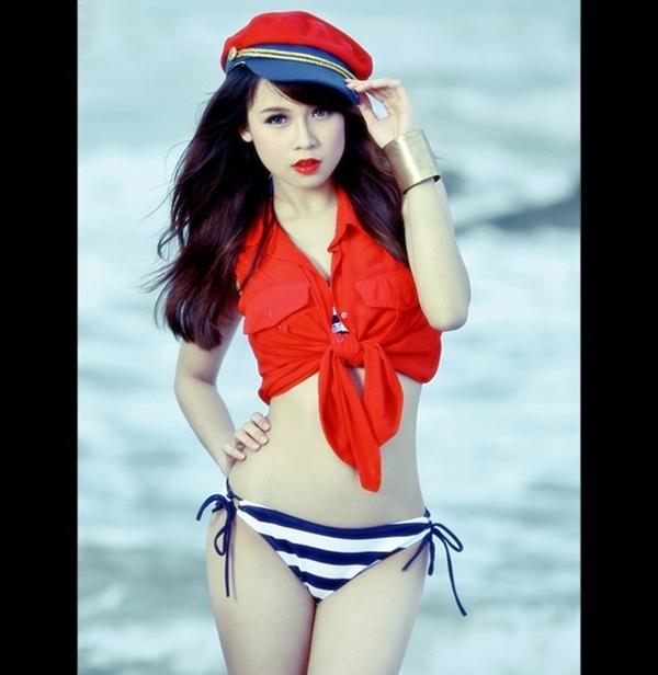"""Hot girl Sam tên thật là Hà My, sinh năm 1990, là một hot girl có chỗ đứng nhất định trong lòng giới trẻ Việt Nam và ít nhiều gặt hái được những thành công khi lấn sân sang showbiz. Sam cũng chứng tỏ được sức hút của mình khi sau nhiều năm, giới trẻ vẫn nhớ tới cô như một hot girl """"sạch sẽ"""", không dính scandal. Tuy nhiên chiều cao chưa đầy 1m70 của cô cũng là một bất lợi"""
