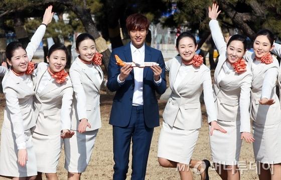 """Lee Min Ho """"đọ sắc"""" cùng dàn tiếp viên hàng không"""