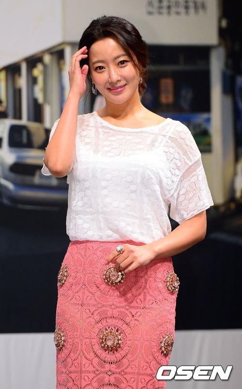"""""""Người đẹp không tuổi"""" Kim Hee Sun rạng rỡ trong buổi họp báo chiều ngày 18/2 vừa qua"""
