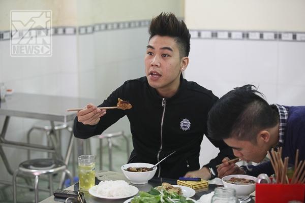 Một vị khách đã tỏ vẻ khó chịu khi miếng chả do Khắc Việt nướng bị cháy đen và mất vị ngon - Tin sao Viet - Tin tuc sao Viet - Scandal sao Viet - Tin tuc cua Sao - Tin cua Sao