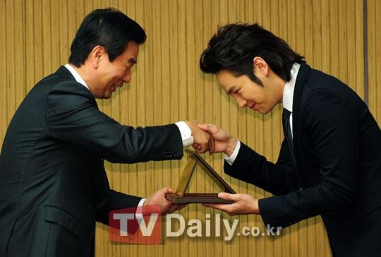 Jang Geun Suktừng tặng cho Đại học Hanyang 1,2 triệu USD