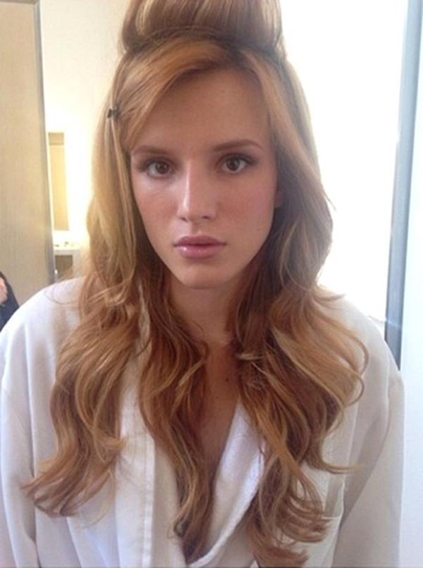 Bella Thorne không thích thú với mái tóc và cách trang điểm .