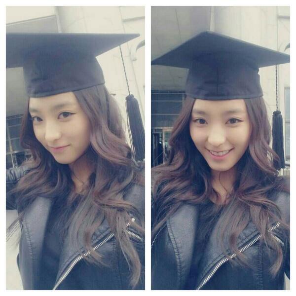"""Trong khi đó, Bora đã sự một buổi lễ kỷ niệm khác nhau:""""Lễ tốt nghiệp anh trai tôi! Tôi đang đội mũ tốt nghiệp. Chúc mừng tất cả những người tốt nghiệp!""""."""