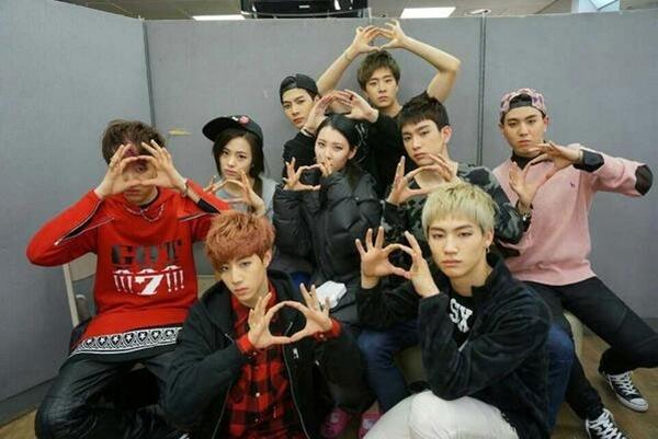Sunmi đã đăng một bức ảnh cùng với các nghệ sĩ trong Full Moon