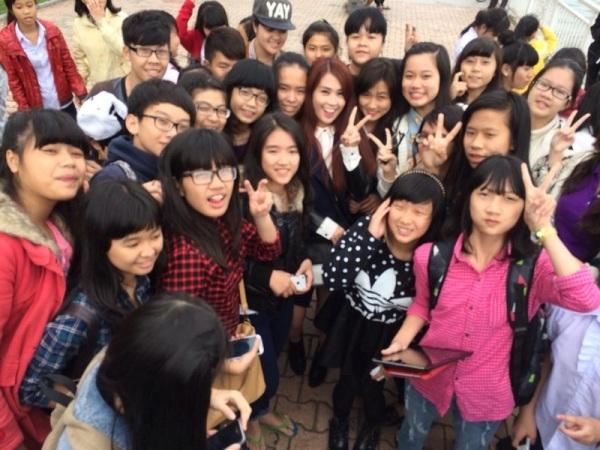 """Ngọc Thảo """"bị"""" hàng trăm fans Đà Nẵng vây kín"""