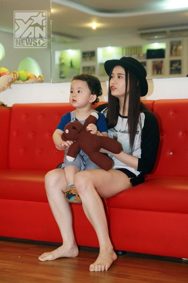 Trương Quỳnh Anh cùng con trai tới xem Tim tập luyện - Tin sao Viet - Tin tuc sao Viet - Scandal sao Viet - Tin tuc cua Sao - Tin cua Sao