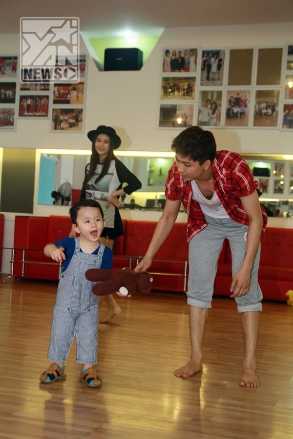 Cát An xem bố nhảy, thích thú nên đã ra nhảy cùng bố - Tin sao Viet - Tin tuc sao Viet - Scandal sao Viet - Tin tuc cua Sao - Tin cua Sao