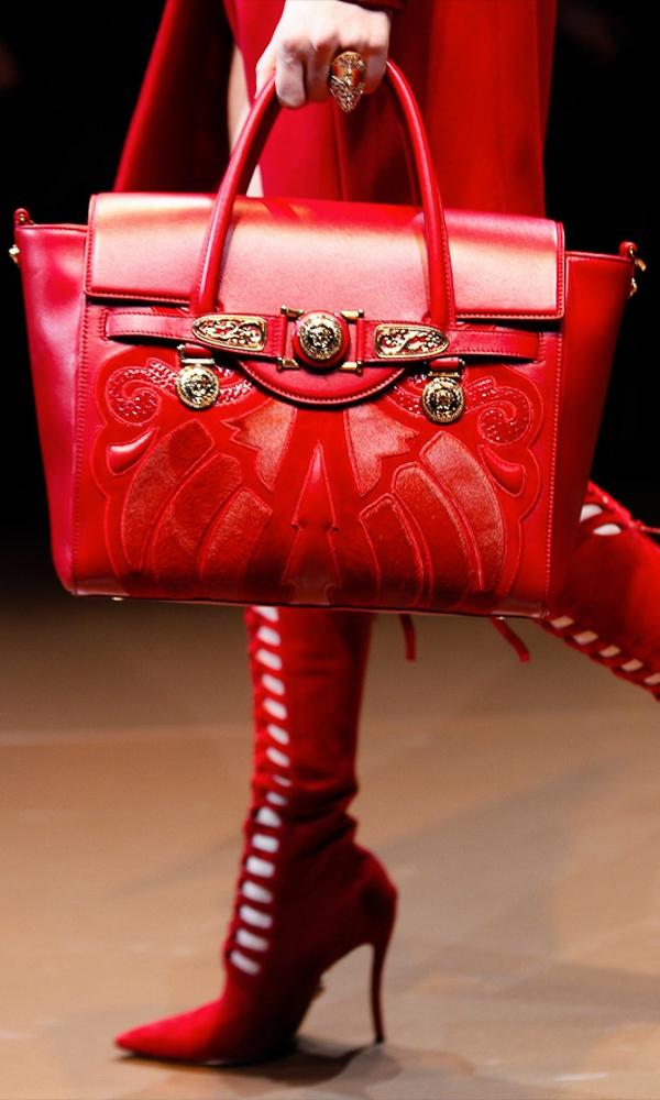 """Những mẫu túi """"Signature"""" phiên bản Thu Đông 2014/2015 của nhà mốt Versace được điểm tô bằng chất liệu lông được nhấn nhá sinh động."""