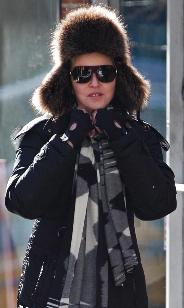 Cách đây không lâu, nữ hoàng nhạc pop Madonna cũng chứng tỏ khả năng nắm bắt xu hướng thời trang nhanh nhạy khi diện một chiếc mũ lông ấm áp của thương hiệu Bally.