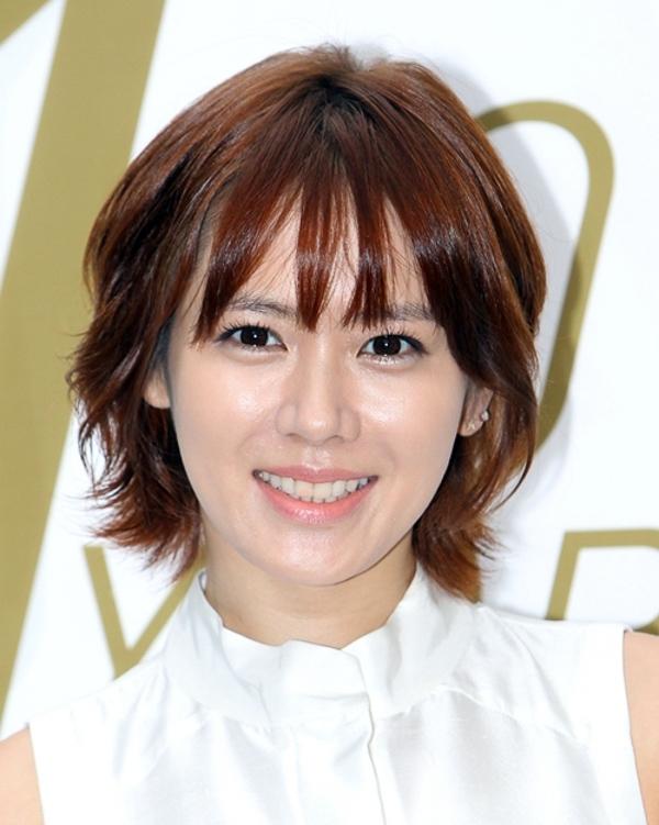 Son Ye Jin chọn kiểu mái lưa thưa đơn giản nhưng với kiểu mái này trông cô thật trẻ trung và trong sáng.