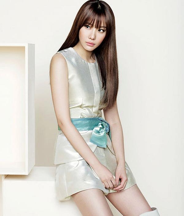 """Nữ diễn viên """"Sắc đẹp ngàn cân"""" Kim Ah Joong đẹp nhẹ nhàng với mái tóc thẳng xõa dài cùng kiểu mái bằng lưa thưa."""