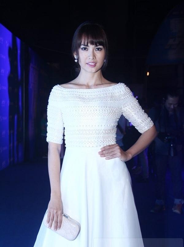 Diễn viên, người mẫu Anh Thư kết hợp khéo léo giữ tóc mái bằng lưa thưa trẻ trung với chiếc váy trắng tinh khôi cùng lối trang điểm nhẹ nhàng.