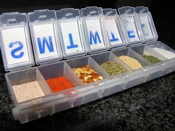 11. Nếu không dùng đến hộp đựng thuốc nữa thì bạn có thể tận dụng chúng cho các loại gia vị