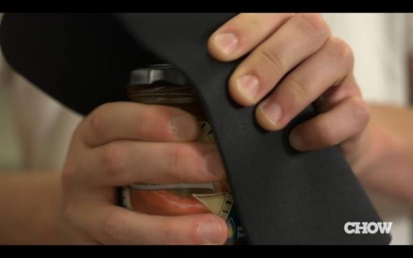 """17. Miếng lót chuột vi tính cũng """"không tha"""" vì có thể dùng mở các nắp chai cứng"""