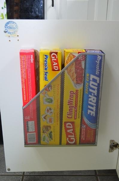 22. Những hộp bánh được đựng gọn gàng trong hộp đựng hồ sơ treo tường