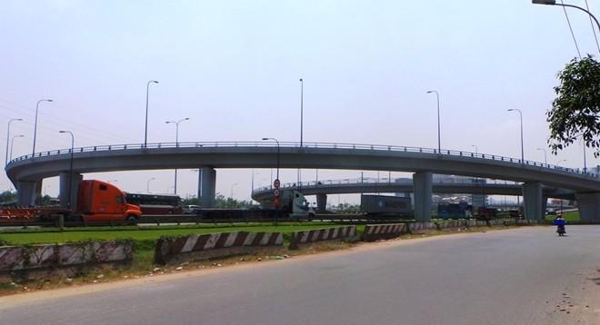 Hệ thống cầu vượt Cát Lái (quận 2) gồm 4 nhánh cầu bắt ngang qua xa lộ Hà Nội với đại lộ Mai Chí Thọ về cảng Cát Lái và vào trung tâm TP. Đây là hệ thống cầu vượt có tầm quan trọng và hiện đại nhất TP.HCM.