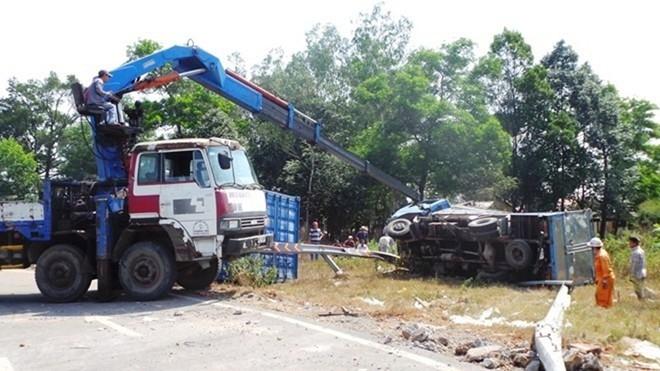 Gần đây nhất, ngày 10/2, tại khúc cua cầu vượt Thủ Đức một xe tải tông văng hàng chục mét dải phân cách, khiến 1 người bị thương.