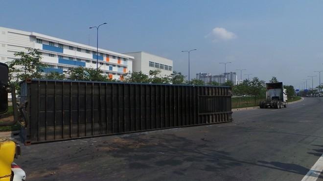 Gần đây nhất, ngày 22/2, một xe đầu kéo chở container 40 feet khi vừa lưu thông từ Đồng Văn Cống ra Mai Chí Thọ, bị mất thăng bằng lật chắn ngang phần đường ô tô trên đại lộ khiến giao thông qua khu vực bị ùn tắc trong nhiều giờ.