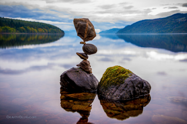 """Michael Grab thường """"chơi xếp đá"""" tại các con suối, nơi có nhiều đá với đủ kích thước"""