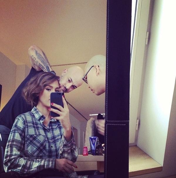 Jessica Alba kiên nhẫn chờ đợi khi cô đang được làm mới mái tóc của mình.