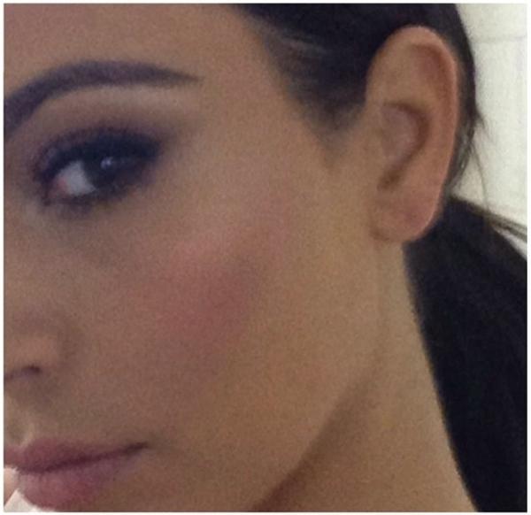 """Kim Kardashian""""tự sướng"""" khoe vẻ đẹp hút hồn của mình."""
