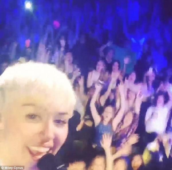 Miley tự quay cảnh mình biểu diễn 'Jolene'