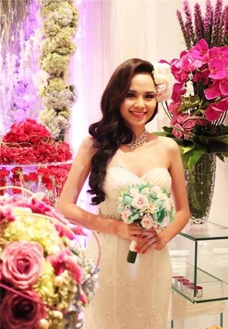 Năm 2013, Diễm Hương tiếp tục là tâm điểm của sự chú ý với tin đồn tổ chức đám cưới bí mật.