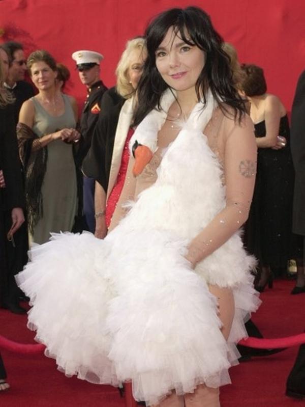 Ca sĩ Iceland Bjork đã đến lễ trao giải Oscar năm 2001 trong một bộ đồ có hình dạng con thiên nga , bộ đồ kỳ lạ này được thiết kế bởi Marjan Pejoski.