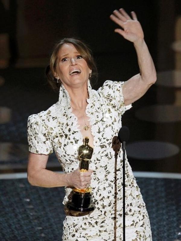 """Melissa Leo đã quá kích động quá mức khi cô nhận giải thưởng Nữ diễn viên xuất sắc nhất , cô đã nói một từ mang nghĩa khá bậy trong bài phát biểu của mình : """"Khi tôi xem Kate [Winslet] hai năm trước đây, nó trông rất **** dễ dàng ' Nữ diễn viên sau đó đã xin lỗi, nói rằng đó là """"một nơi rất thích hợp để sử dụng từ đặc biệt."""""""