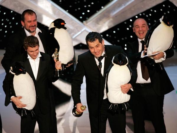 """Chiến thắng bộ phim hay nhất cho March of the Penguins trong năm 2006, đạo diễn Luc Jacquet và sản xuất Yves Darondeau ôm những chú chim cánh cụt khi họ đi trên sân khấu. Lúc sau đó tiếp tục huýt sáo vào micro, nói: """". Trong chim cánh cụt '' Nó có nghĩa là """"cảm ơn bạn"""""""