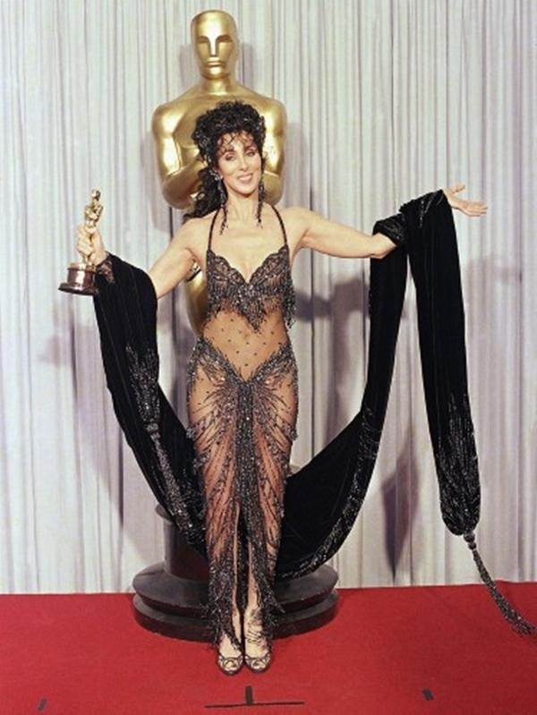 """Bà là người đi tiên phong về giải thưởng của một giải Oscar cho vai diễn trong Moonstruck, vì vậy Cher đã quyết định mặc một chiếc váy đính cườm gần như trong suốt được thiết kế bởi Bob Mackie. """"Khi Jane Fonda nhìn thấy tôi, cô ấy chỉ cười như điên,"""" nữ diễn viên tiết lộ."""