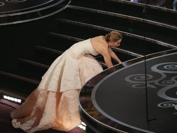 Jennifer Lawrence vấp và ngã khi cô đi lên sân khấu để nhận giải Oscar Nữ diễn viên xuất sắc nhất của cô trong năm 2013