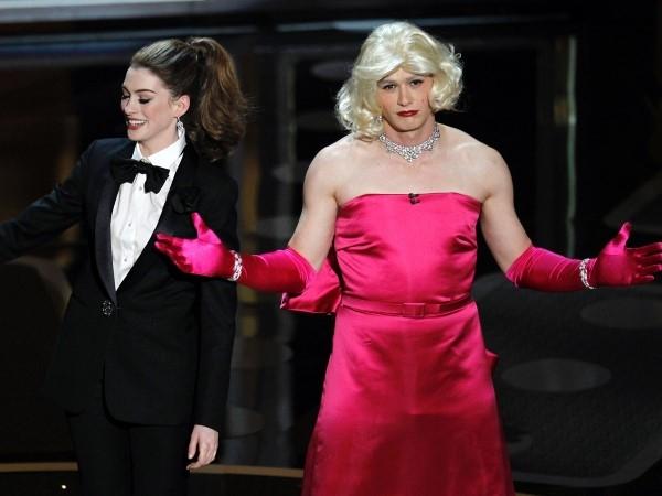 Các nhà sản xuất giải Oscar quyết định thử một cái gì đó khác lạ trong năm 2011 và mời những ngôi sao trẻ như James Franco và Anne Hathaway . James Franco đã có một màn giả gái gây bất ngờ cho khán giả.