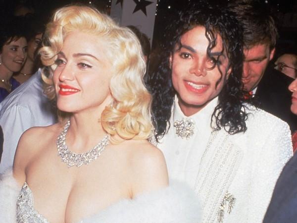 Michael Jackson và Madonna gây xôn xao khi họ cùng nhau tham dự lễ trao giải Oscar trong năm 1991. Trong khi câu chuyện tình yêu không xảy ra , Madonna đã tự thú nhận rằng cô ấy 'điên cuồng trong tình yêu' với Vua nhạc Pop. Đáng buồn thay Michael qua đời vào năm 2009, để lại ba đứa con.