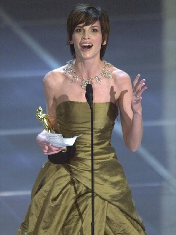 Hilary Swank đã rất choáng ngợp tại chiến thắng Nữ diễn viên xuất sắc nhất giải Oscar cho Boys Don't Cry đến nỗi quên người chồng Chad Lowe trong bài phát biểu của mình.