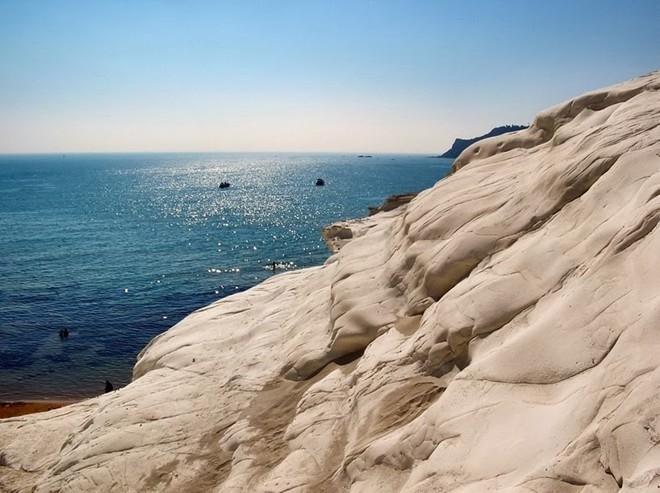 Đắm mình trước biển trên vách đá cầu thang ở Ý