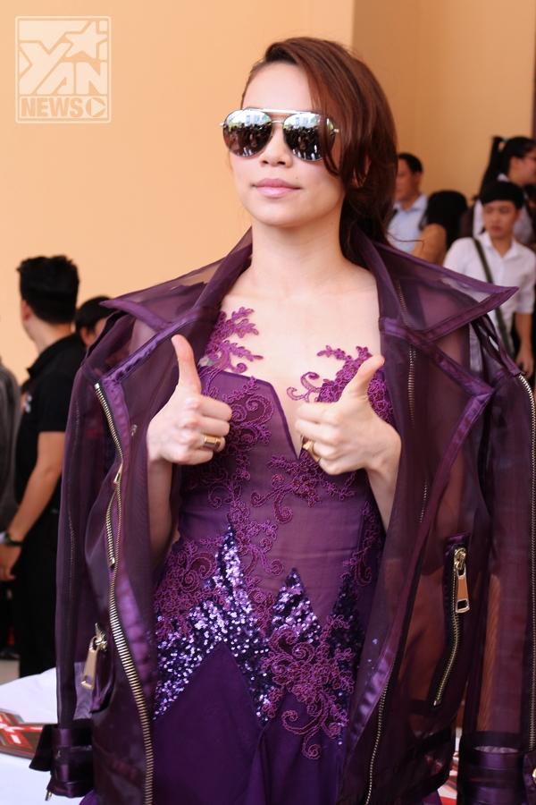"""Hồ Ngọc Hà luôn thân thiện và gần gũi với khán giả, vừa xuất hiện cô đã có những biểu cảm, hành động thể hiện rất dễ thương để """"đốn tim"""" fans. - Tin sao Viet - Tin tuc sao Viet - Scandal sao Viet - Tin tuc cua Sao - Tin cua Sao"""