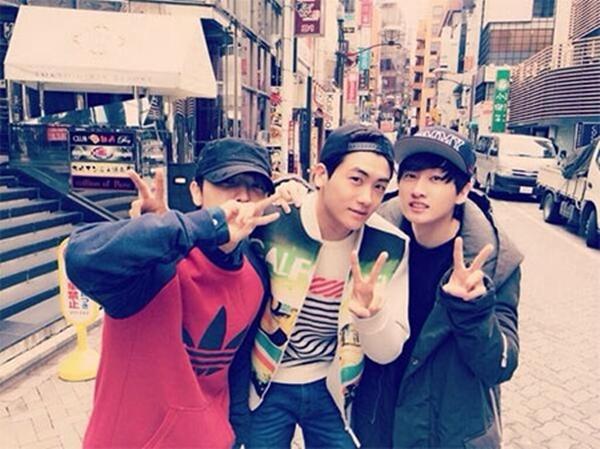 """Park Hyung Sik (ZE: A) đã bất ngờ hội ngộDonghae và Eunhyuk (Super Junior) trên đường. Anh chàngđã tweet: """"Tôi đã đeo kính râm và đi ngang qua thì có một giọng nói trầm gọi Park Hyung Shik! Keke... Thật đáng ngạc nhiên nhưng họ nhận ra tôi. Kekeke. Là số phận ư? Cố gắng biểu diễn thật tốt nhé!"""""""