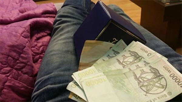 Ryeowook (Super Junior) khoe phần quà mà Kangin đã tặng cho mình và một cây nến thơm và một khoản tiền để đi du lịch.