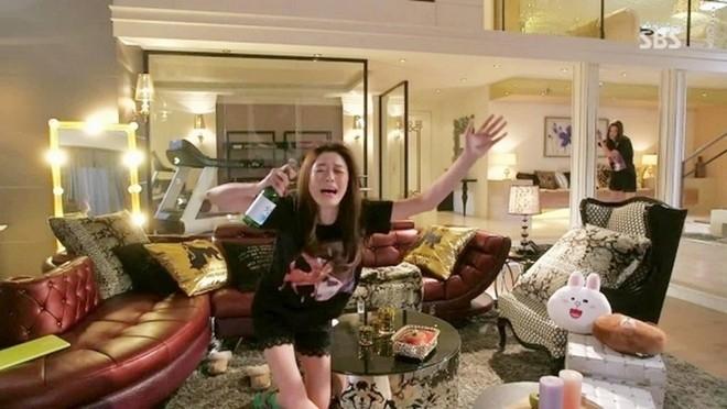 Khác hẳn với hình tượng sang chảnh hàng ngày, khi say rượu thất tình, nữ minh tinh Chun Song Yi cũng bê tha, xấu xí như nhiều cô gái khác.