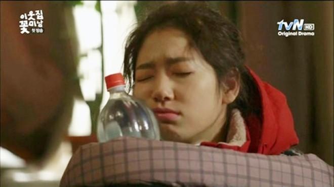 Dù vẫn còn ngái ngủ nhưng Park Shin Hye quyết ôm khư khư chai nước không rời.