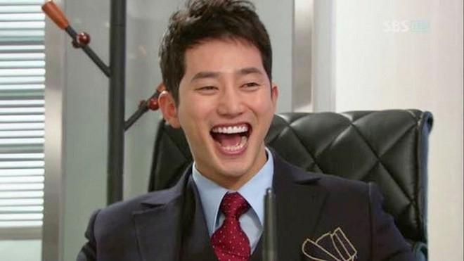 Nụ cười rộng đến mang tai của nam diễn viên Park Shi Hoo.
