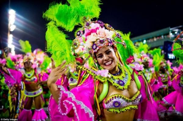 Các vũ công rạng rỡ trong sắc phục biểu diễn điệu múa samba truyền thống của dân tộc