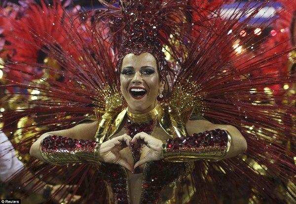 Nữ hoàng Viviane Araujo trường Samba Salgueiro bày tỏ tình cảm của mình trước công chúng